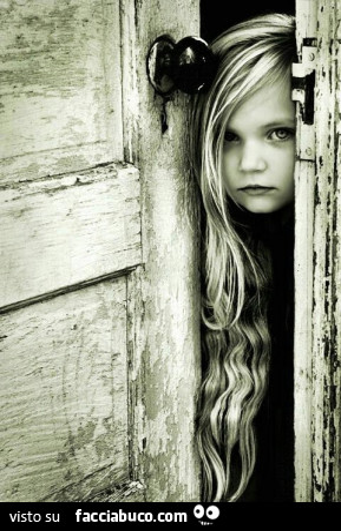 Bambina apre la vecchia porta - La vecchia porta ...