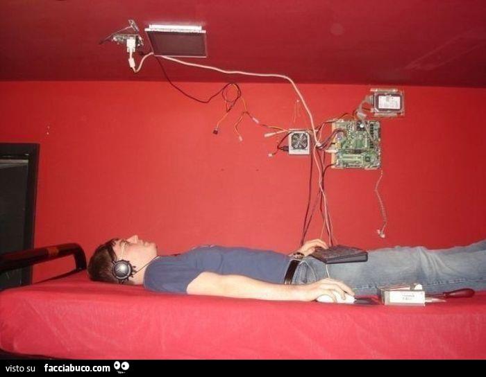 Schermo del computer attaccato al soffitto sopra il letto - Testa del letto ...