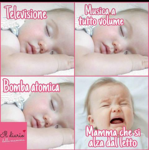 Mamma che si alza dal letto bimba piange - Giochi che si baciano a letto ...
