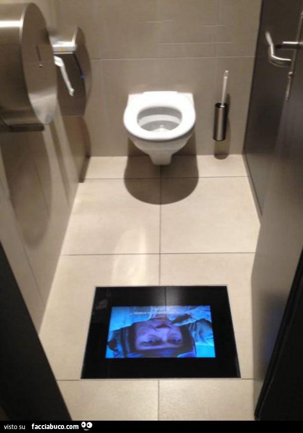 Tv nel pavimento del bagno - Arma letale scena bagno ...